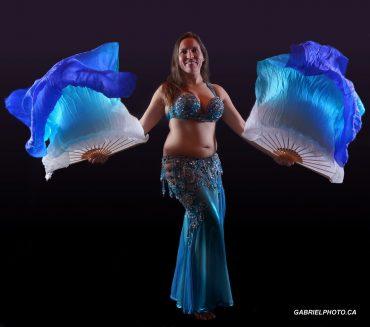 Mélanie Baladi Professeure et danseuse orientale avec éventails voiles