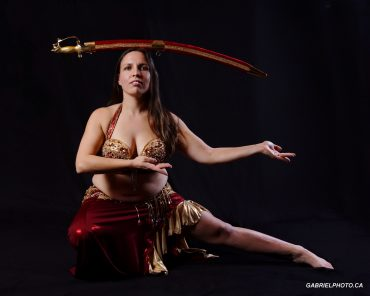 Mélanie Baladi Professeure et danseuse orientale avec sabre